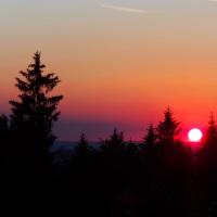 Západ sluníčka z pahorku