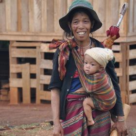 Žena s dítětem a dýmkou