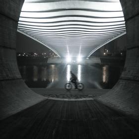 Cyklista pod Trojským mostem