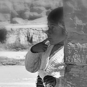 Holčička za zdí (Peru)