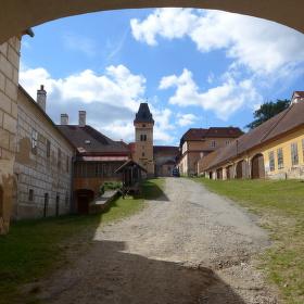 Do zámku nad Vimperkem.