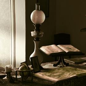 Zátiší s knihami a lampou