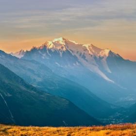 Nad Chamonix ještě opar - Mont Blanc již v ranním slunci