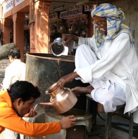 pouliční prodavač pitné vody
