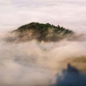 Ostrov v moři mlhy