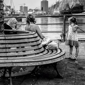 Ind s dlouhýma nohama a usínající holčička