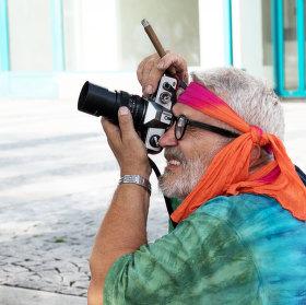 Normální pouliční fotograf s doutníkem