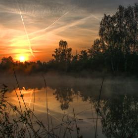 Svítá nad jezerem