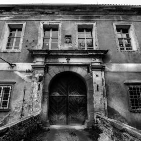 Vstup do zámku v Červené Řečici