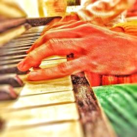 Hra na klavír...