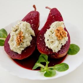 Hrušky v červeném víně s gorgonzolou.
