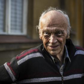 90 let