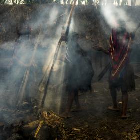 Večer ve vesnici lidí kmene Dani, Západní Papua
