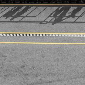 Hra stínů na šedo žlutém plátně