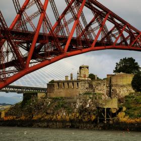 Bývalé vězení a Forth Bridge