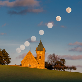 Východ měsíce nad Vítochovským kostelíkem