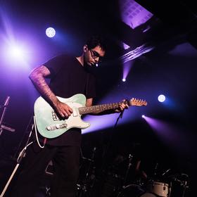 Kytarista z kapely Son Lux