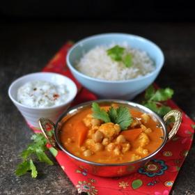 Indická masala z květáku, mrkve a cizrny