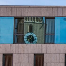 Kostelní věž v okně Nové radnice