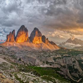 Poslední sluneční paprsky Tre Cime di Lavaredo