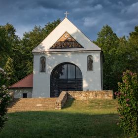 Kaple svatého Rocha ve večerním světle.