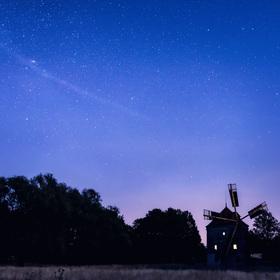 Větrný mlýn a noc