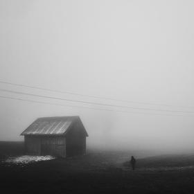 Večer, mlha a postava