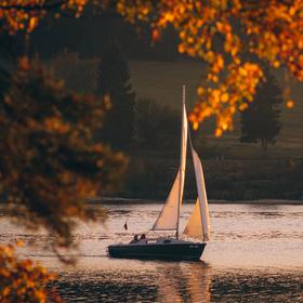 Poslední podzimní loď na Lipně