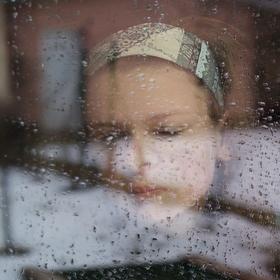 ...tvář za oknem