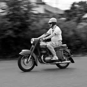 závodník na stroji Jawa