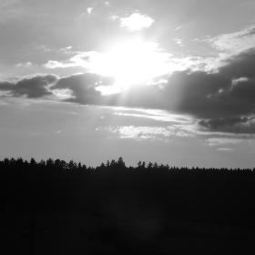 Západ slunce černobíle