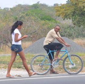 cyklista a dívka