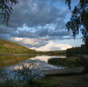 Loďka u jezera