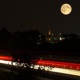 Měsíc a stopy světel