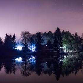 Rybárna v noci a schovaní rybáři