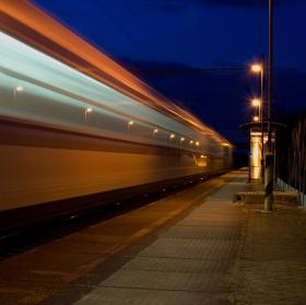 Vlak přijíždí do stanice...