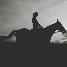 Jízda na koni při západu slunce