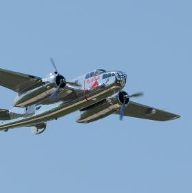 Historický bombardovací letoun střední třídy B-25 Mitchell nad letištěm v Pardubicích.