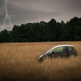 Auto v bouřce
