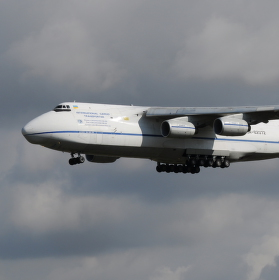 Na dráhu 27 přistává Antonov