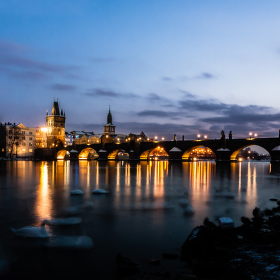 mrazivý podvečer pri Karlovom moste