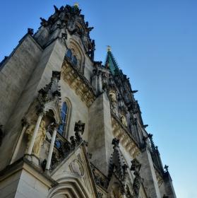 Průčelí katedrály sv. Václava z podhledu