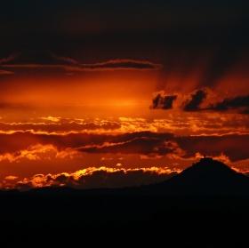Příroda maluje - západ slunce za Bezdězem.