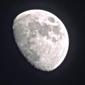 Měsíc 80%