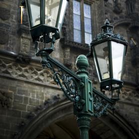 lampy pod věží