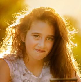 Letním sluncem vlasy zalité