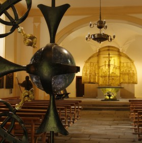 Skleněný oltář a vchodová mříž v kostele sv. Vintíře v Dobré Vodě