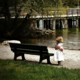 U lavice dítě stálo........