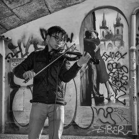 Houslista pod Karlovým mostem
