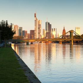 panoramatický pohled na ranní Frankfurt - při východu slunce